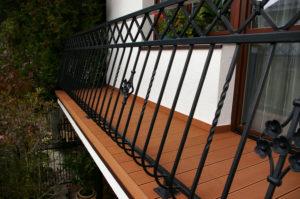 Deska tarasowa wykorzystana przy pokryciu balkonów domu jednorodzinnego.